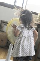 扇風機と女の子 20021007217| 写真素材・ストックフォト・画像・イラスト素材|アマナイメージズ