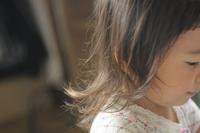 女の子の揺れる髪の毛