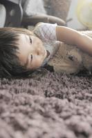 寝転んでいる女の子 20021007220| 写真素材・ストックフォト・画像・イラスト素材|アマナイメージズ