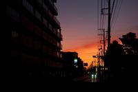 街のシルエットと夕暮れ