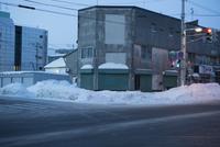 雪の早朝の街角