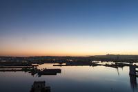 朝焼けの港 20021007316| 写真素材・ストックフォト・画像・イラスト素材|アマナイメージズ
