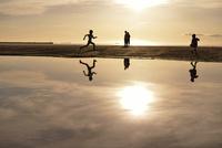 夕暮れの海と人の影 20021007327| 写真素材・ストックフォト・画像・イラスト素材|アマナイメージズ