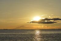 夕暮れの海 20021007329| 写真素材・ストックフォト・画像・イラスト素材|アマナイメージズ