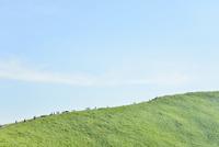 大室山を登る人々と空