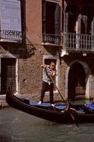 Gondola and canal 20023002752| 写真素材・ストックフォト・画像・イラスト素材|アマナイメージズ