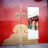 Doors of Haoyuan Hotel, traditional Chinese courtyard house 20023004169| 写真素材・ストックフォト・画像・イラスト素材|アマナイメージズ