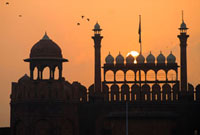 Silhouette of the Lahori Gate of the Red Fort with sun risin 20023004314  写真素材・ストックフォト・画像・イラスト素材 アマナイメージズ