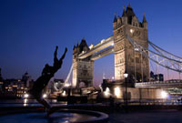 Tower Bridge at dusk with dolphin statue in the foreground 20023004494| 写真素材・ストックフォト・画像・イラスト素材|アマナイメージズ