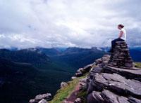 Walker on top of Beinn Alligan Torridon 20023004697| 写真素材・ストックフォト・画像・イラスト素材|アマナイメージズ