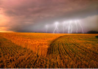 Lightning over Field Alberta 20025020841| 写真素材・ストックフォト・画像・イラスト素材|アマナイメージズ
