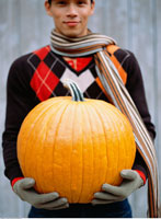Man Holding Pumpkin   20025185390| 写真素材・ストックフォト・画像・イラスト素材|アマナイメージズ