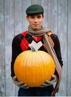 Man Holding Pumpkin   20025185391| 写真素材・ストックフォト・画像・イラスト素材|アマナイメージズ