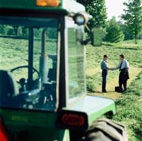 Farmer and Businessman Shaking Hands  20025197473| 写真素材・ストックフォト・画像・イラスト素材|アマナイメージズ