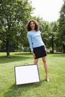 Woman With Sign   20025204563  写真素材・ストックフォト・画像・イラスト素材 アマナイメージズ