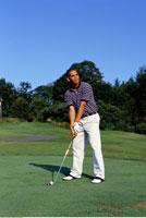 Young Man Golfing   20025215993| 写真素材・ストックフォト・画像・イラスト素材|アマナイメージズ
