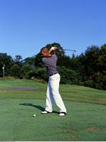Young Man Golfing   20025215994| 写真素材・ストックフォト・画像・イラスト素材|アマナイメージズ