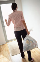 Woman Taking Out The Garbage 20025220040| 写真素材・ストックフォト・画像・イラスト素材|アマナイメージズ