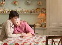 Woman Comforting Senior Woman 20025233195| 写真素材・ストックフォト・画像・イラスト素材|アマナイメージズ
