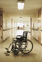 Wheelchair in Hospital Corridor 20025261639| 写真素材・ストックフォト・画像・イラスト素材|アマナイメージズ