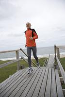 Senior man jogging on walkway at beach, Sylt, North Frisian Islands, Germany 20025271220| 写真素材・ストックフォト・画像・イラスト素材|アマナイメージズ