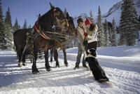 Couple with horses in snow 20025271941| 写真素材・ストックフォト・画像・イラスト素材|アマナイメージズ