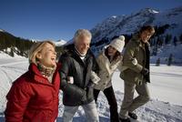 People walking in snow 20025272043| 写真素材・ストックフォト・画像・イラスト素材|アマナイメージズ