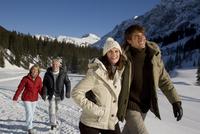 People walking in snow 20025272046| 写真素材・ストックフォト・画像・イラスト素材|アマナイメージズ