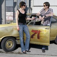 Couple with oldtimer 20025286466| 写真素材・ストックフォト・画像・イラスト素材|アマナイメージズ