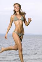 Germany, Bavaria, Young woman at Lake Starnberger 20025287767  写真素材・ストックフォト・画像・イラスト素材 アマナイメージズ
