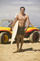Guadeloupe, Caribbean,Young man carrying surfboard on beach 20025287778  写真素材・ストックフォト・画像・イラスト素材 アマナイメージズ