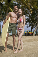 Guadeloupe, Caribbean, Couple with surfboard 20025287782| 写真素材・ストックフォト・画像・イラスト素材|アマナイメージズ
