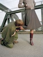 Kneeling man kissing foot of woman 20025288297| 写真素材・ストックフォト・画像・イラスト素材|アマナイメージズ