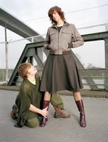 Man kneeling in front of woman 20025288298| 写真素材・ストックフォト・画像・イラスト素材|アマナイメージズ