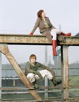 Man and woman sitting on steel girder 20025288319| 写真素材・ストックフォト・画像・イラスト素材|アマナイメージズ