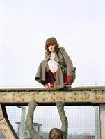 Man and woman sitting on steel girder 20025288324| 写真素材・ストックフォト・画像・イラスト素材|アマナイメージズ