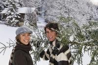 Austria, Salzburger Land, Altenmarkt, Young couple carrying fir tree 20025288854| 写真素材・ストックフォト・画像・イラスト素材|アマナイメージズ