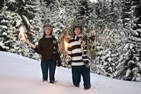 Austria, Salzburger Land, Altenmarkt, Young couple with fir tree and torches in the snow 20025288858| 写真素材・ストックフォト・画像・イラスト素材|アマナイメージズ