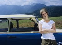 Young woman leaning on car 20025289883| 写真素材・ストックフォト・画像・イラスト素材|アマナイメージズ