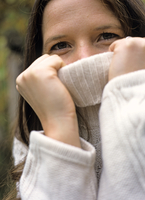 Woman in a winter pullover 20025290134| 写真素材・ストックフォト・画像・イラスト素材|アマナイメージズ