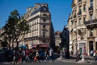People Crossing Street, St Germain, Paris, France 20025296792  写真素材・ストックフォト・画像・イラスト素材 アマナイメージズ