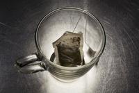 Green Tea Bag in Glass Mug 20025303718| 写真素材・ストックフォト・画像・イラスト素材|アマナイメージズ