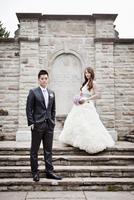 Bride and Groom Posing 20025311533| 写真素材・ストックフォト・画像・イラスト素材|アマナイメージズ