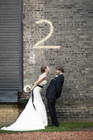 Bride and Groom with Number Two Painted on Brick Wall 20025311884| 写真素材・ストックフォト・画像・イラスト素材|アマナイメージズ