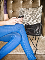 Woman's Legs wearing Blue Jeans sitting on banquett with clutch, Texting on Smart Phone 20025316628| 写真素材・ストックフォト・画像・イラスト素材|アマナイメージズ