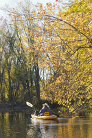 Woman kayaking with small dog in autumn, Moira River near Madoc, Ontario, Canada 20025317253| 写真素材・ストックフォト・画像・イラスト素材|アマナイメージズ