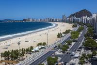 Copacabana Promenade and Copacabana Beach, Rio de Janeiro, Brazil 20025317342| 写真素材・ストックフォト・画像・イラスト素材|アマナイメージズ
