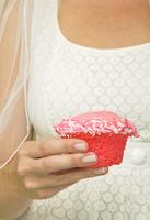 Close-up of Bride holding a Cupcake, Studio Shot 20025317626  写真素材・ストックフォト・画像・イラスト素材 アマナイメージズ