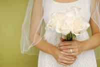 Bride holding Boquet of White Roses, Studio Shot 20025317628  写真素材・ストックフォト・画像・イラスト素材 アマナイメージズ