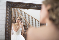 Portrait of Bride getting ready for Wedding, Toronto, Ontario, Canada 20025318648  写真素材・ストックフォト・画像・イラスト素材 アマナイメージズ